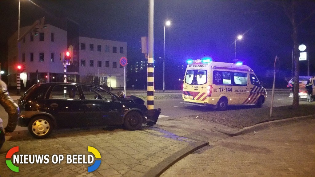 Vrouw onder invloed van alcohol botst met auto op lichtmast Hoofdweg met Metaalstraat Rotterdam