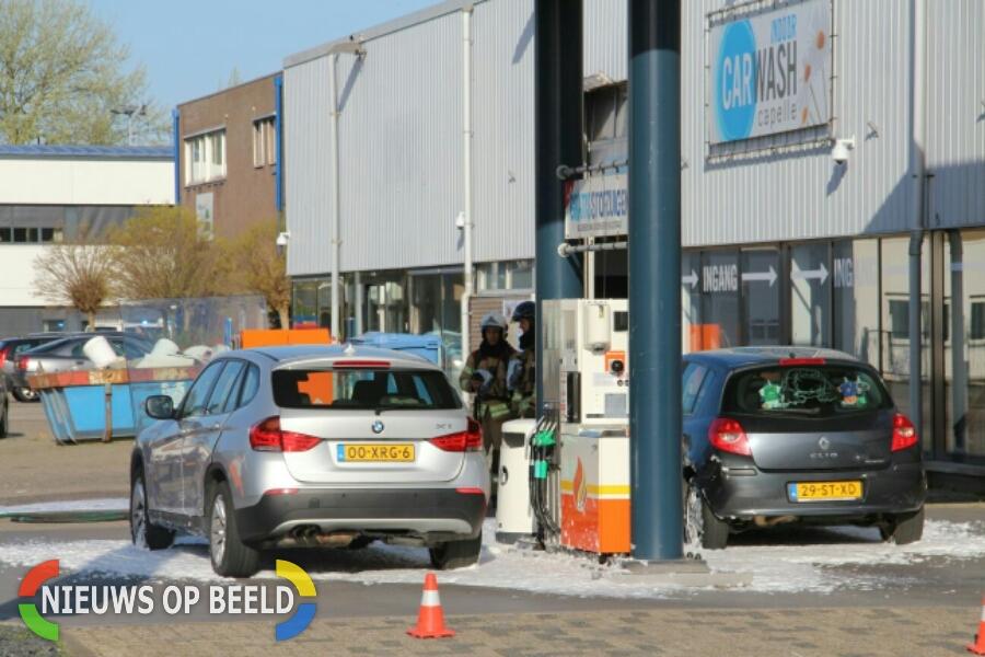 Auto lekt benzine bij tankstation Kompasstraat Capelle aan den IJssel