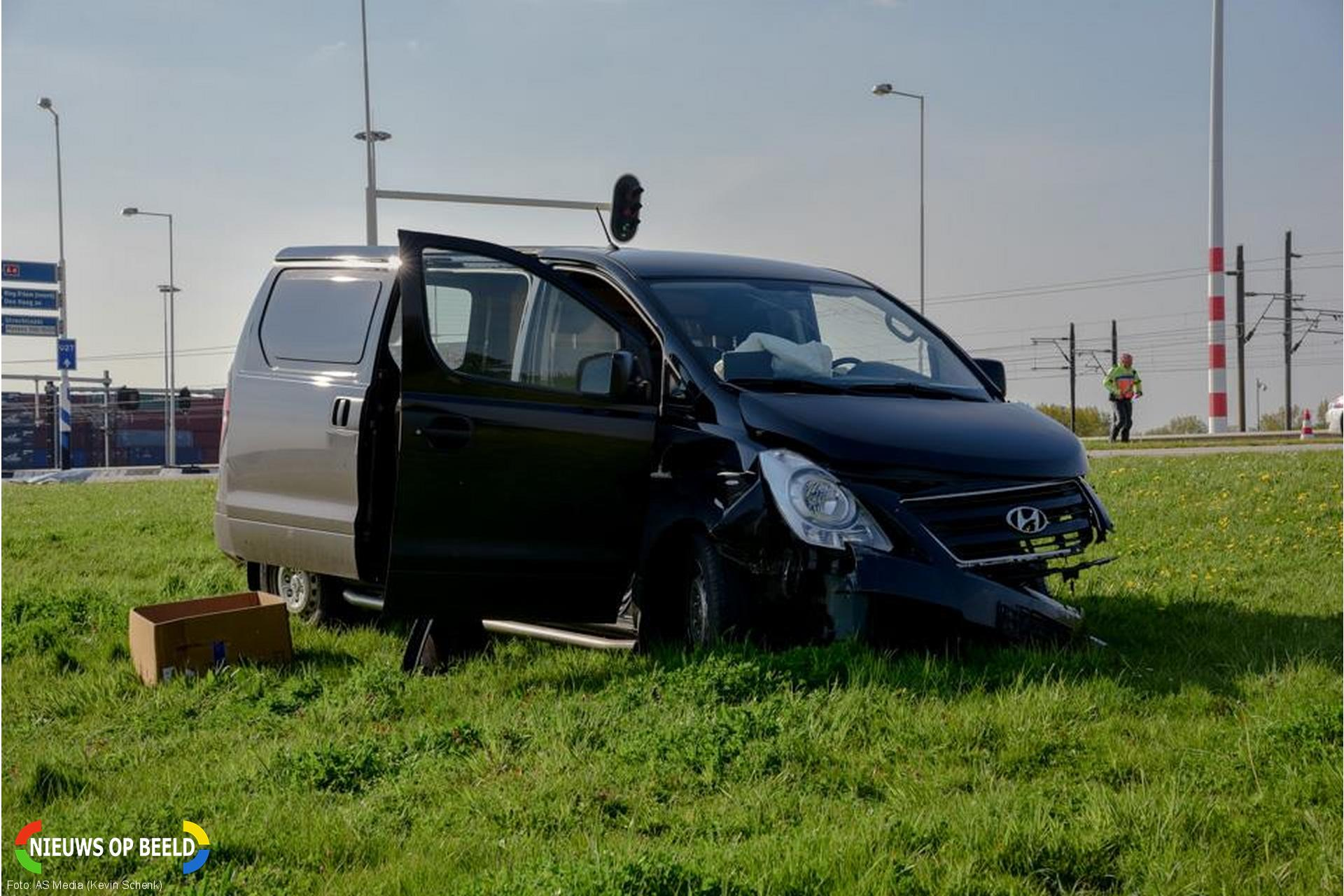 Automobilist zwaargewond na botsing met busje Vondelingenweg Rotterdam