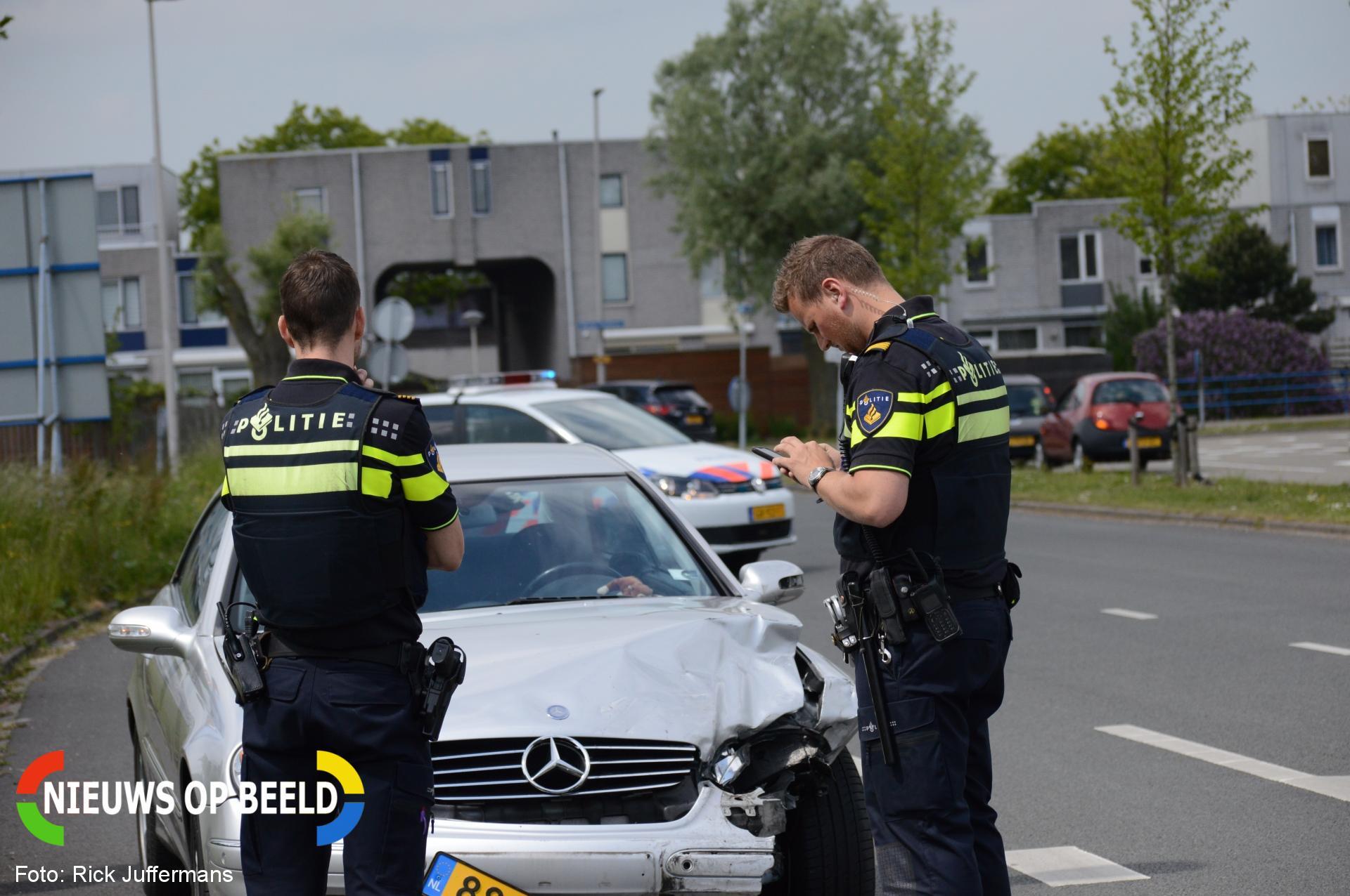 Auto rijdt tegen meerdere geparkeerde auto's Signaalrood Zoetermeer