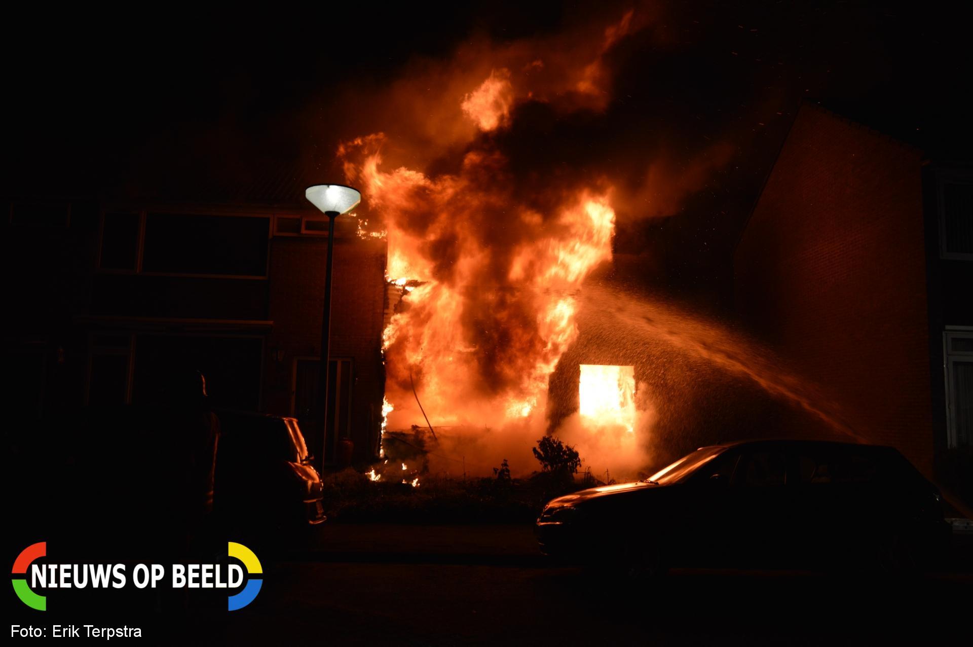 Mogelijk twee doden na uitslaande brand in woning Gruttostraat Hellevoetsluis