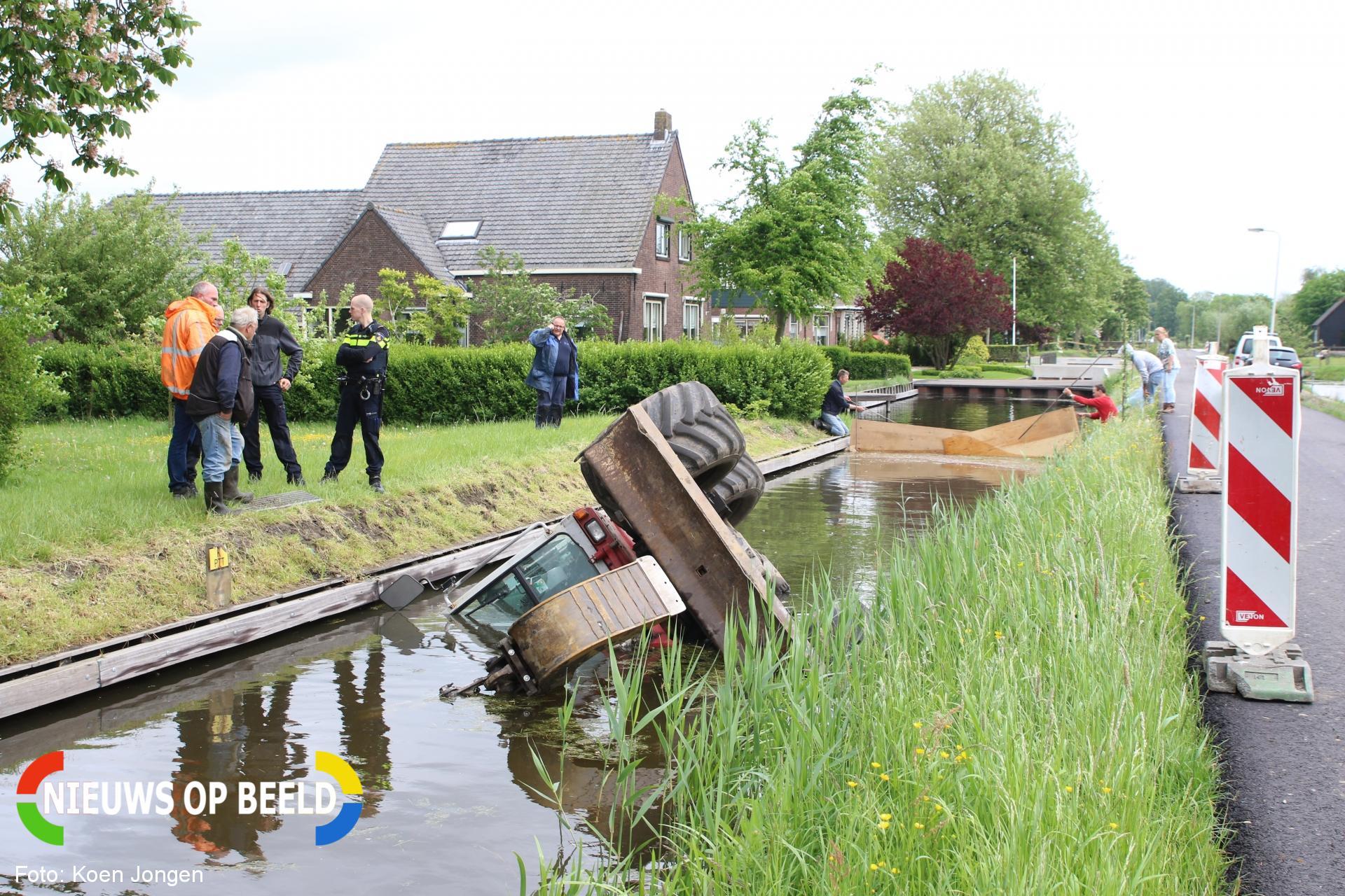 Minigraver onbestuurbaar en raakt te water Ridderbuurt Alphen aan den Rijn