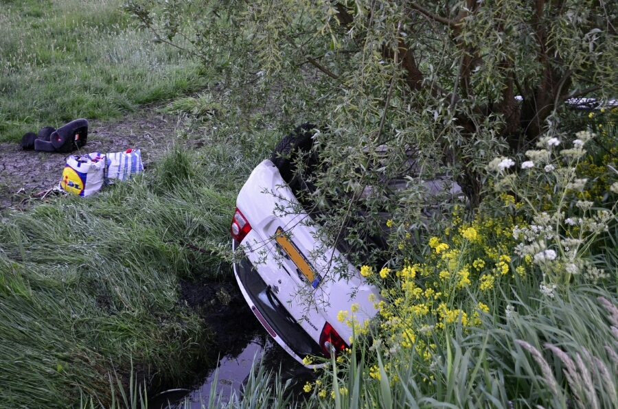 Twee gewonden waarvan één mogelijk ernstig na ongeval Vlisterdijk Vlist