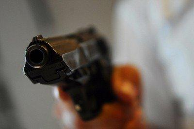 Verdwaalde automobilist onder bedreiging met vuurwapen beroofd van telefoon Oranjelaan Rozenburg