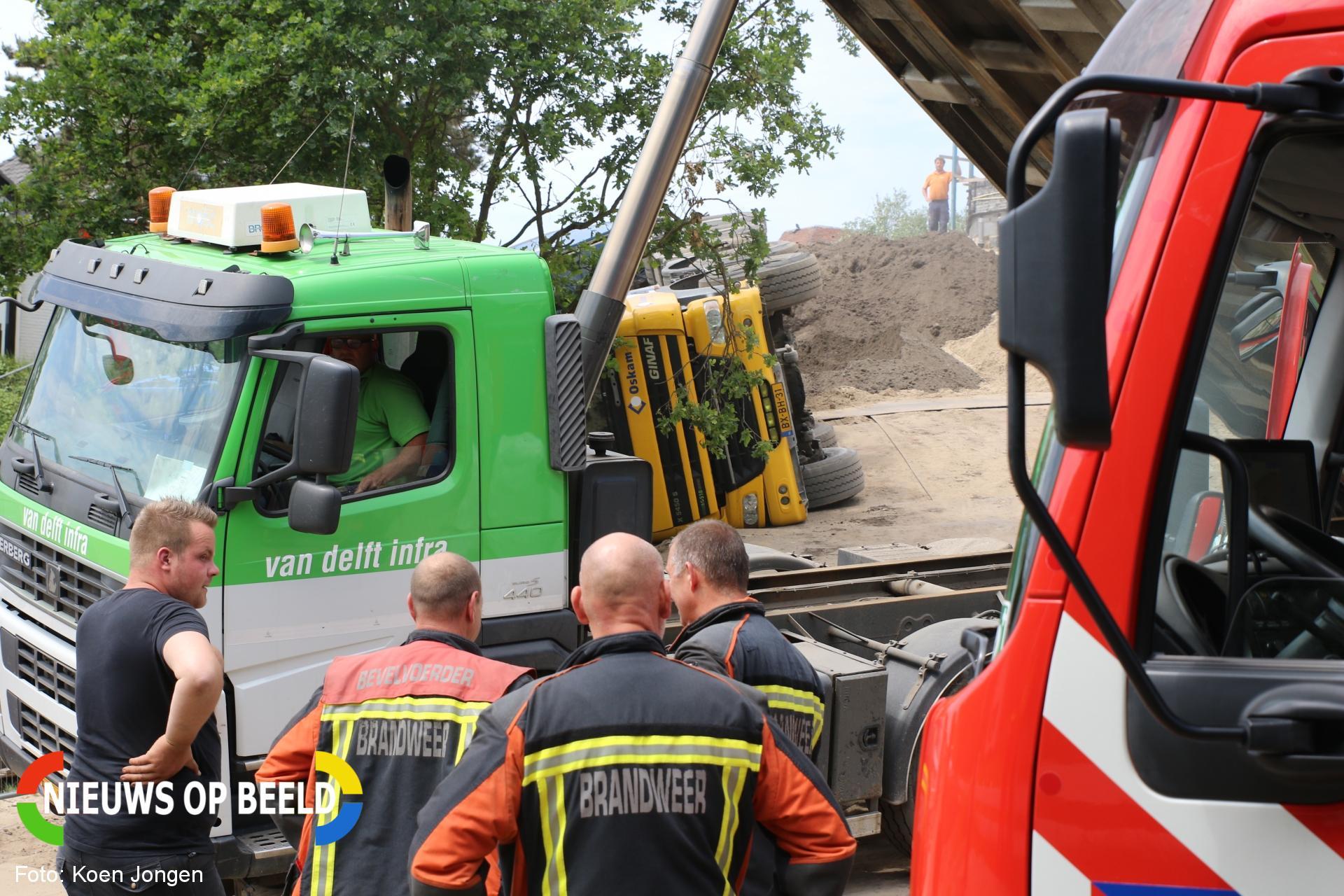 Vrachtwagen kantelt tijdens het lossen van zand Dennenweg Noordwijk