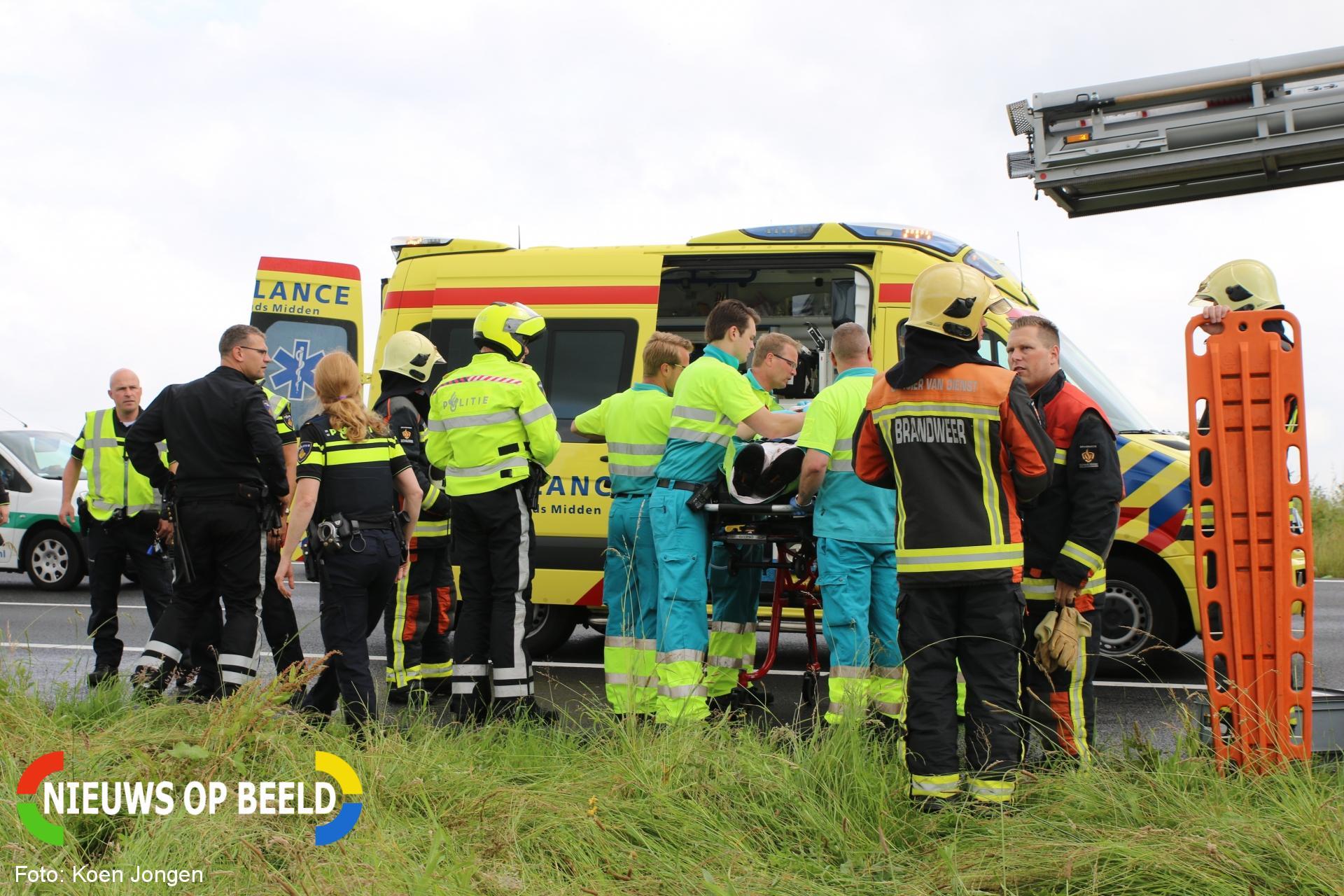 Brandweer bevrijdt man en hond uit te water geraakt voertuig Rijksweg A4 Roelofarendsveen