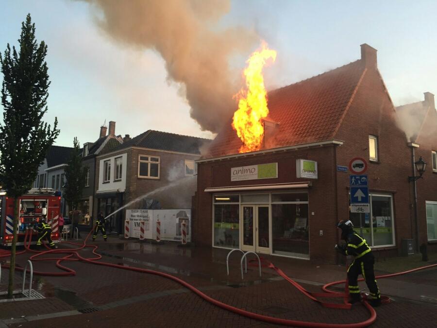 Uitslaande brand in dierenwinkel Animo Voorstraat Numansdorp