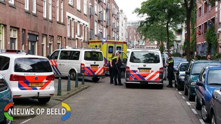 Politiebusjes-en-een-ambulance-in-de-Van-Heusdestraat-voor-een-vechtpartij