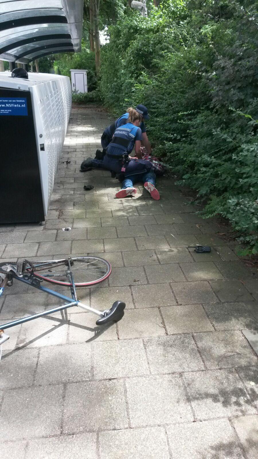 Handhaver in gezicht geslagen bij staande houding Stationsplein Capelle aan den IJssel