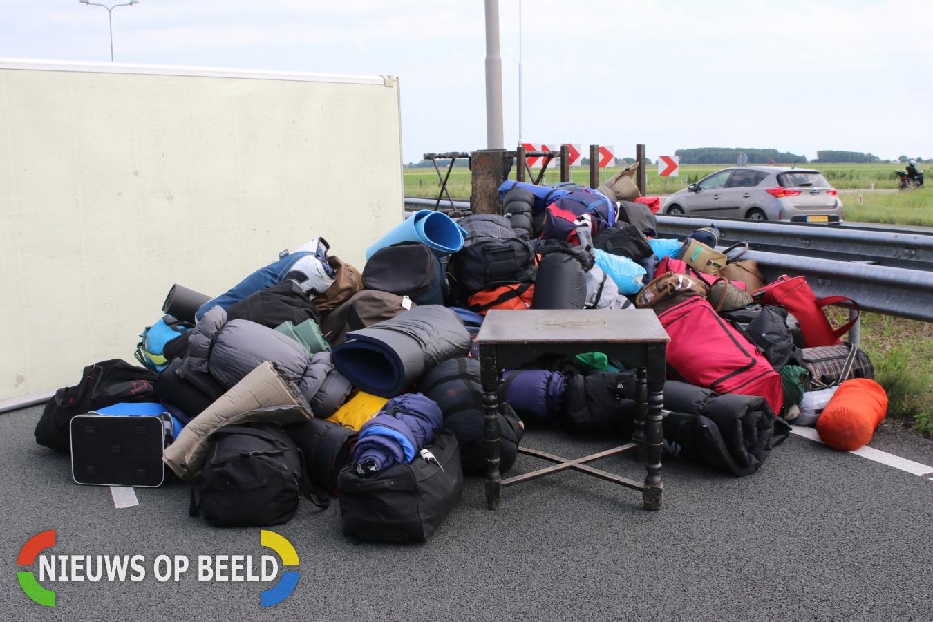 Weg afgesloten door gekantelde vrachtwagen N11 Hazerswoude-Rijndijk