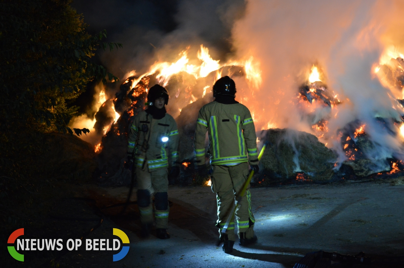 Grote stapel hooi in brand Staaldiepseweg Brielle