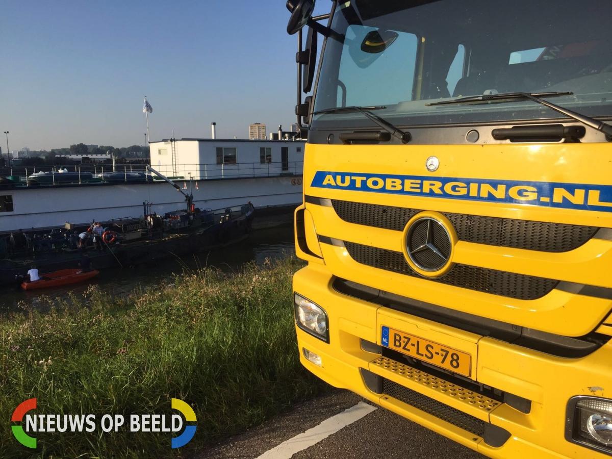 Auto te water door vergeten handrem Nijverheidsstraat Capelle aan den IJssel