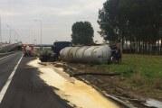 Veel schade na gekantelde vrachtwagen A15 Rotterdam