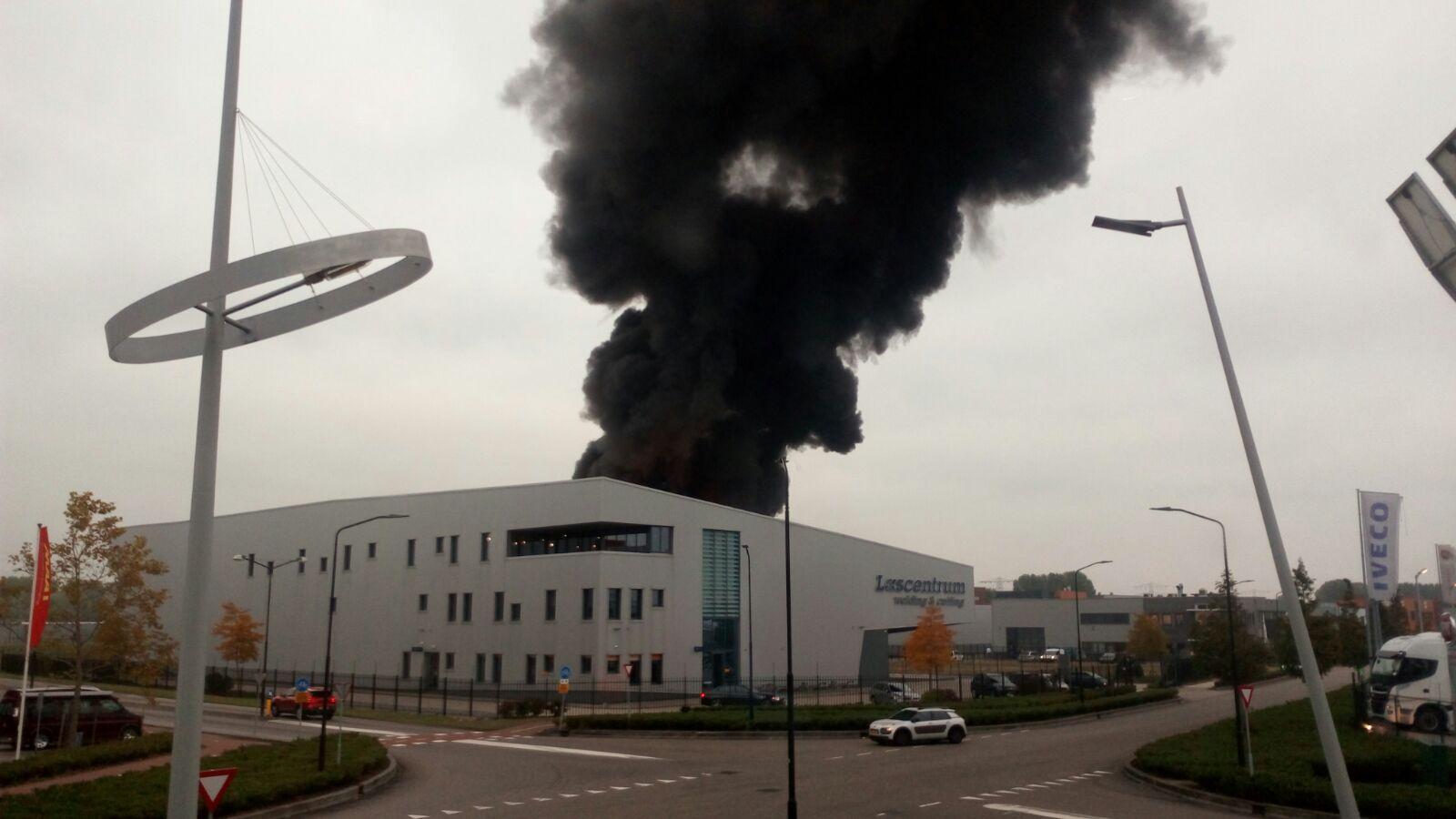 Uitslaande brand verwoest bedrijfsloods Nieuwland Parc Alblassedam
