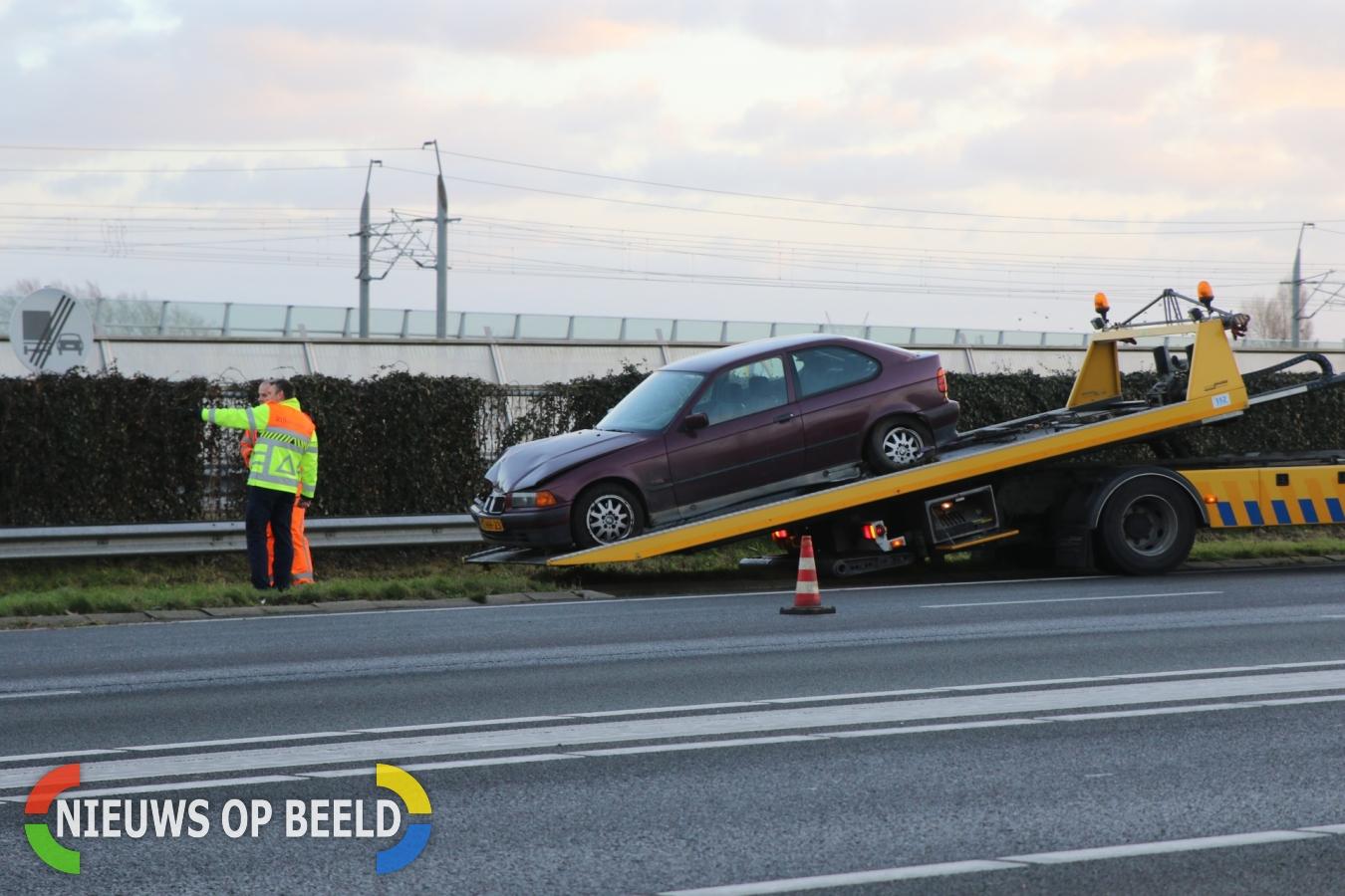 Auto belandt tegen vangrail Rijksweg A4 Roelofarendsveen