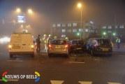 Brandweer bevrijdt vrouw uit auto na aanrijding Groenekruisweg Rhoon