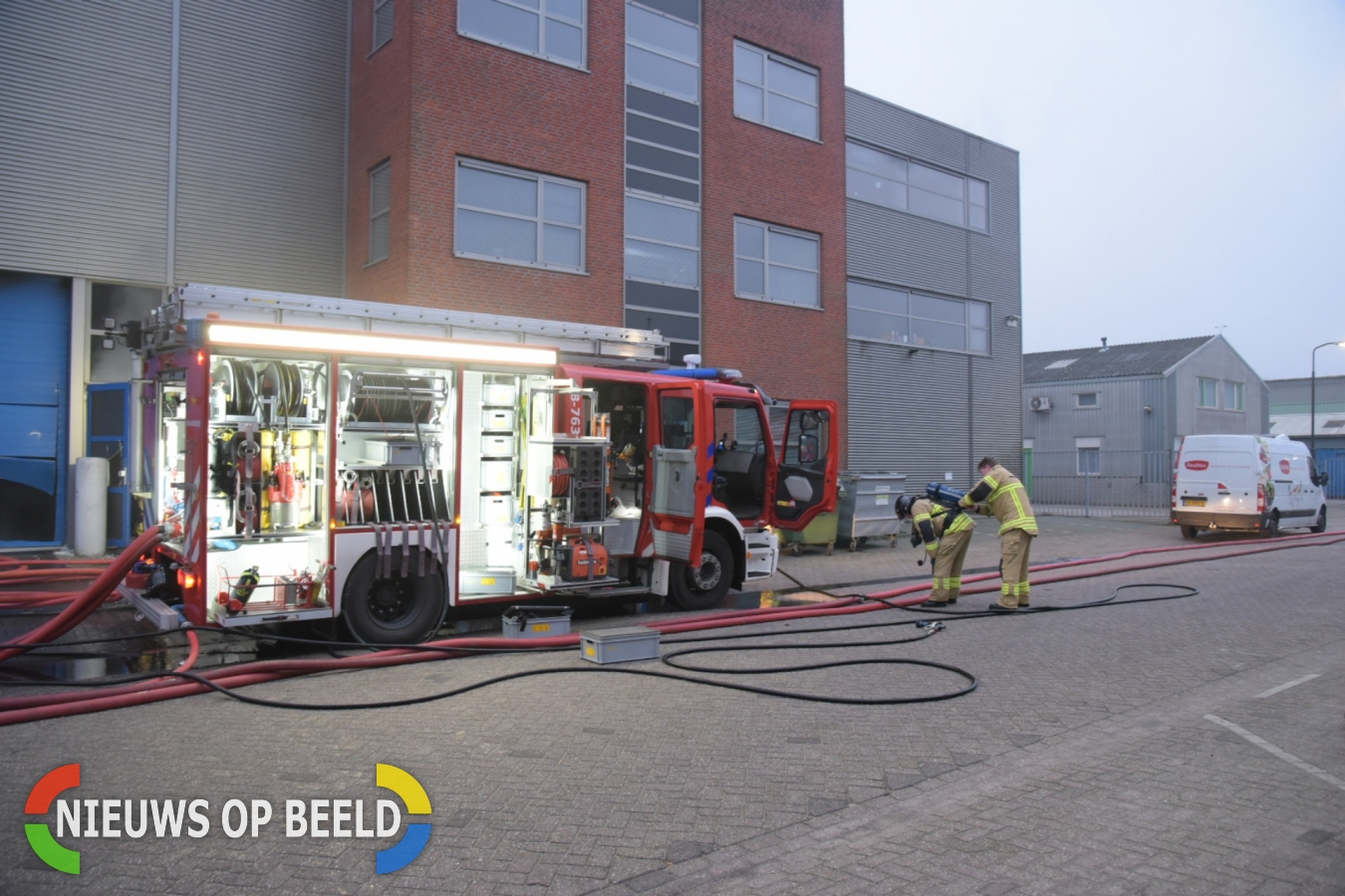 Grote brand in bedrijfsverzamelgebouw Houtschelf Hardinxveld-Giessendam