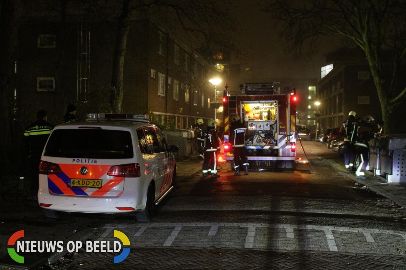 Brandweer bekogeld met zwaar vuurwerk tijdens bluswerkzaamheden Antillenstraat Leiden