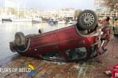 Auto over de kop Maasboulevard Rotterdam