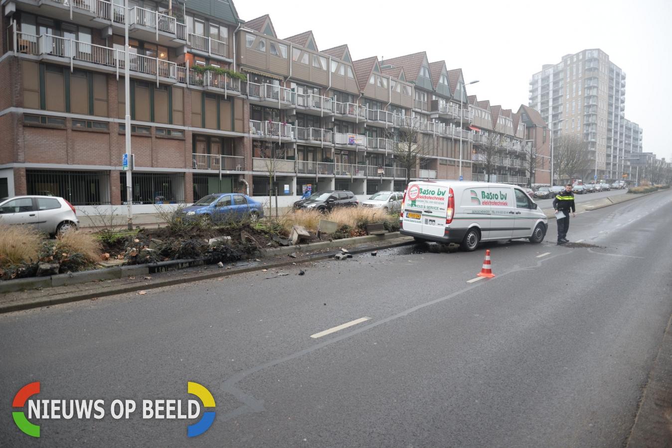 Bestuurder bestelbus rijdt volledige bloembak aan gort Pompenburg Rotterdam