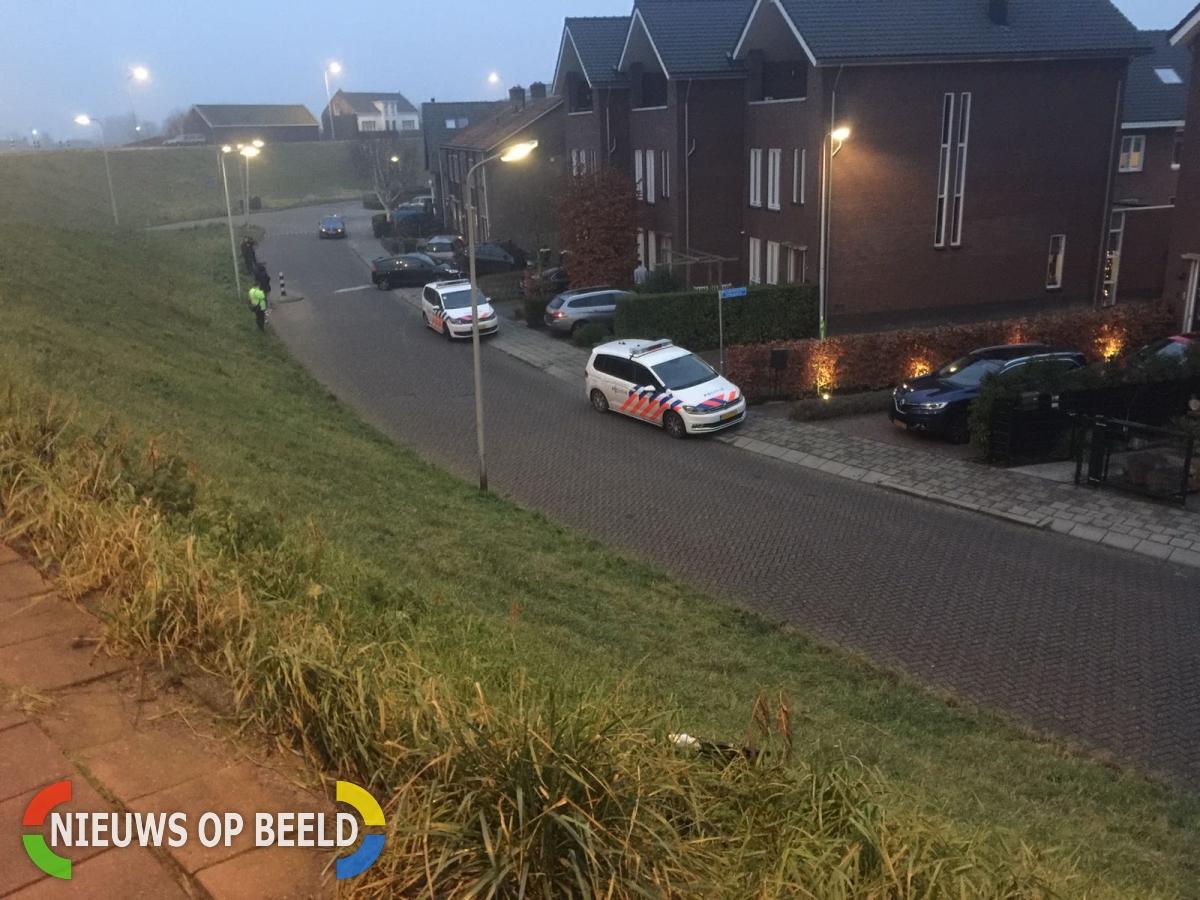 Auto rijdt tuin in van woning Westeinde Moordrecht