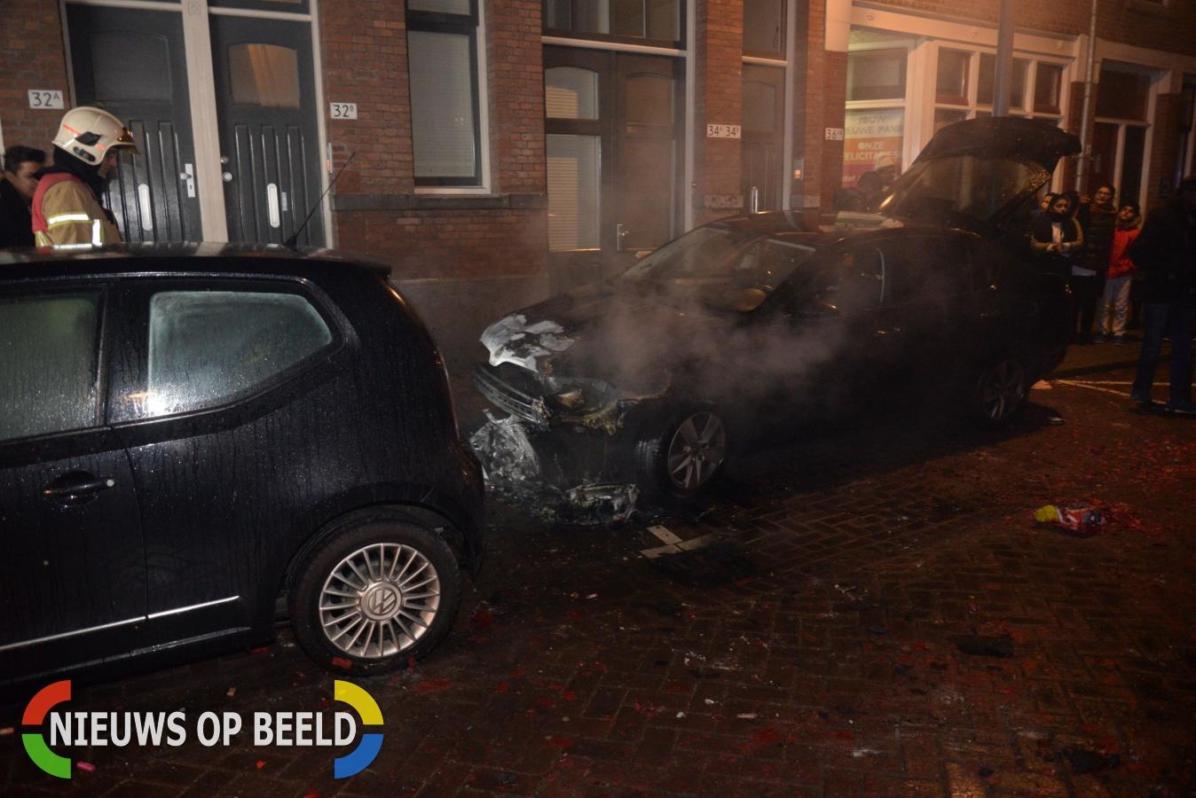 Motorruimte van auto brandt volledig uit Hoyledestraat Rotterdam