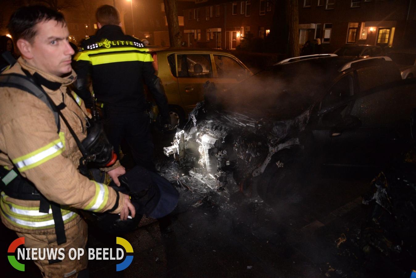 Twee auto's in brand Adriaan Roland Holststraat Rotterdam