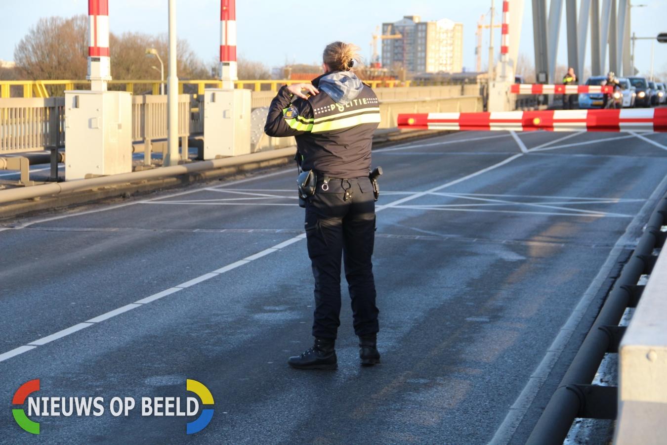 Grote verkeerschaos door defecte slagbomen Algerabrug Capelle aan den IJssel (video)