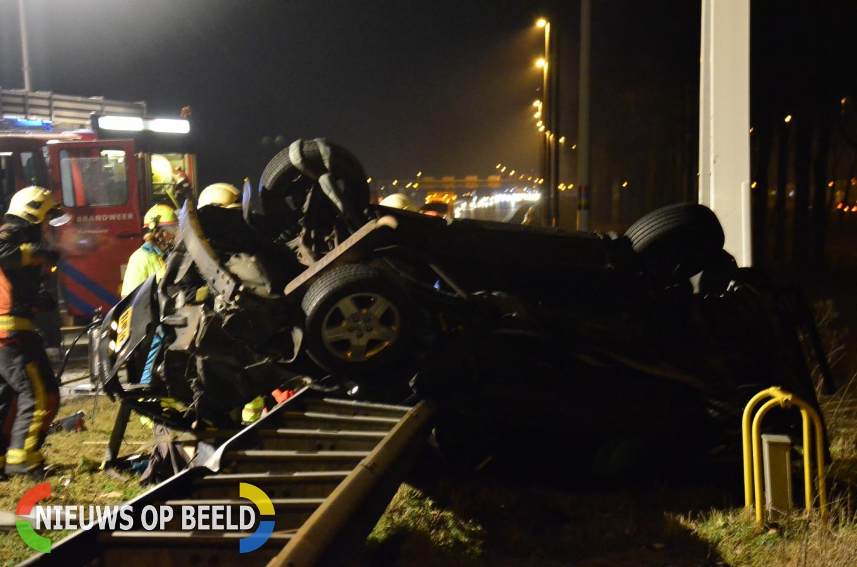 Auto belandt op zijn kant tegen verkeersportaal, 1 zwaargewonde A12 Reeuwijk