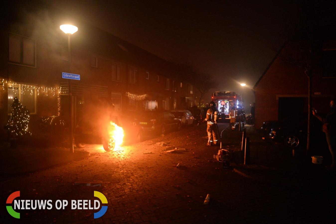 Benzinetank van auto vat vlam door vuurwerk Gibraltarpad Rotterdam