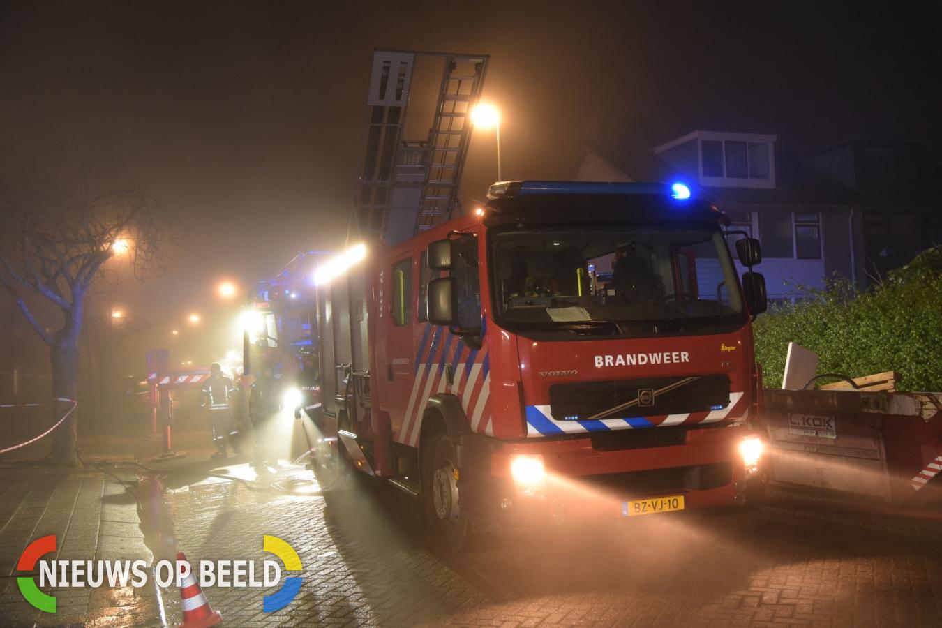 Hulpverleners bekogeld met vuurwerk bij brand
