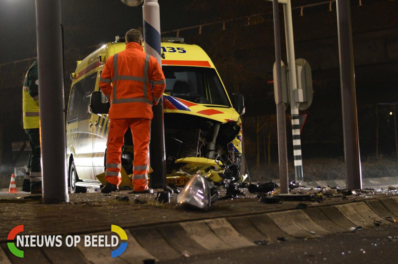 Ambulance botst op auto en verkeerspaal tijdens spoedrit Stadhoudersweg Rotterdam