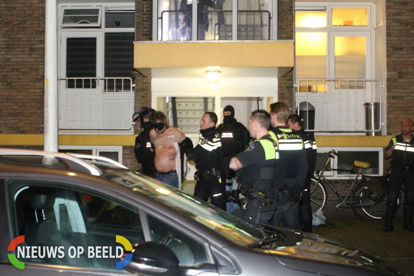 Arrestatieteam haalt man uit woning Wiardi Beckmanstraat Leiden