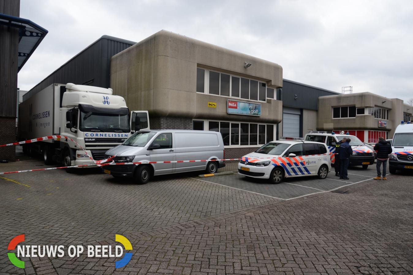 Politie vindt dode chauffeur in vrachtwagen Abraham van Stolkweg Rotterdam