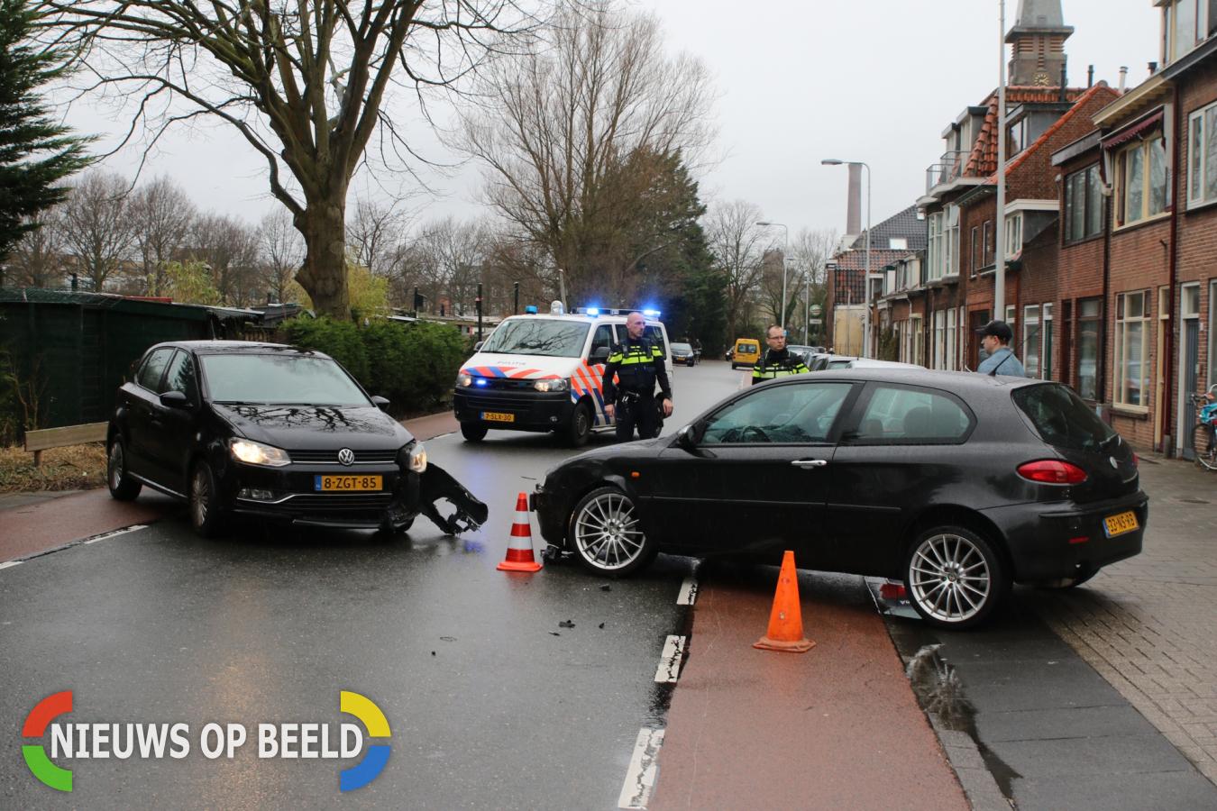 Flinke schade bij botsing tussen twee personenauto's Herensingel Leiden
