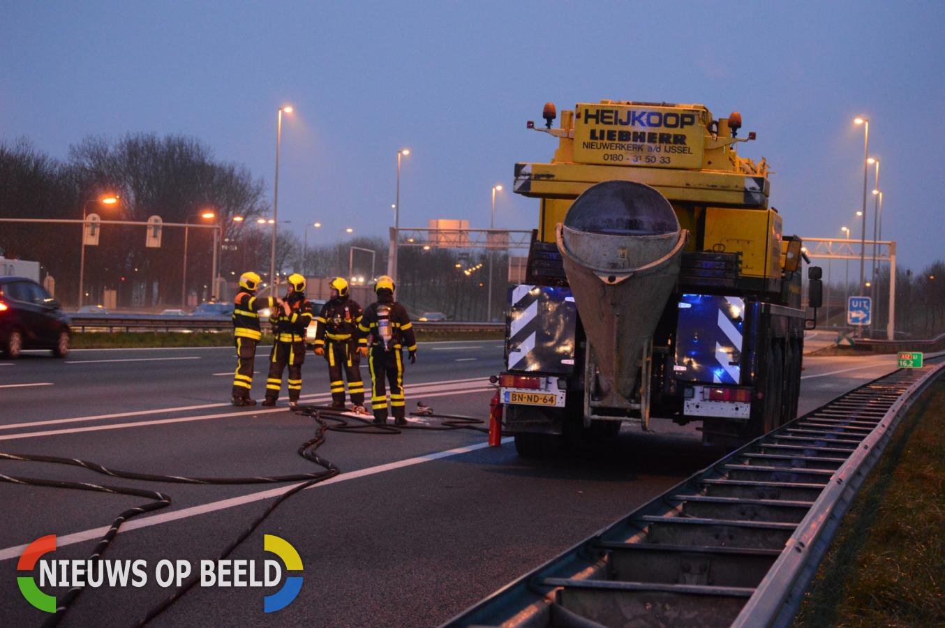 Brandende kraanwagen veroorzaakt file Rijksweg A12 Zoetermeer