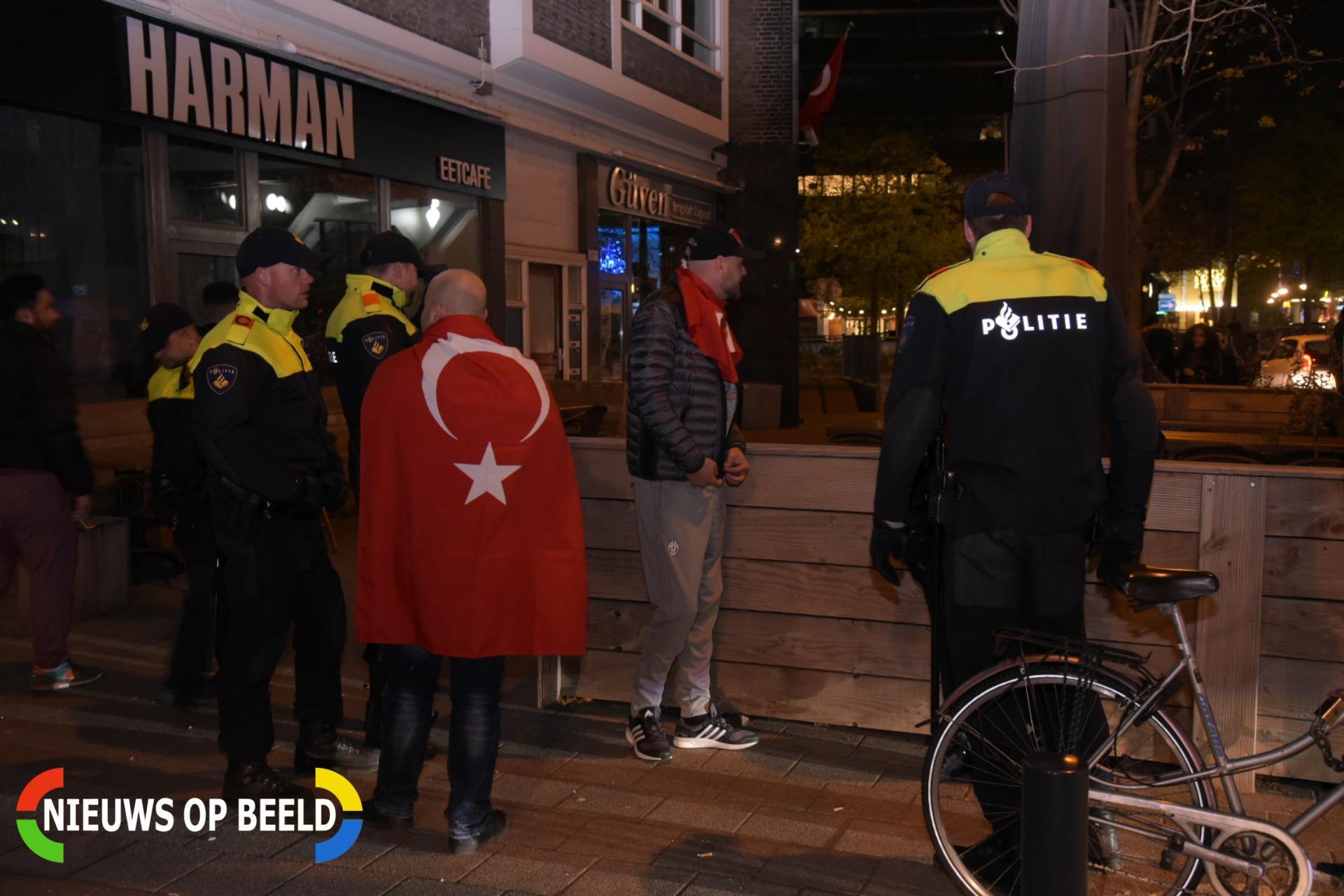 Turkse Nederlanders vieren overwinning Erdogan in centrum Schiedamse Vesthof Rotterdam