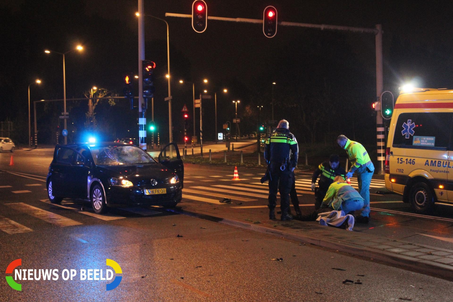 Flinke aanrijding tussen een politiewagen en een scooter Troelstrakade Den Haag