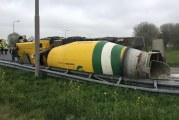 Vrachtwagen gekanteld, chauffeur gewond A29 Oud-Beijerland