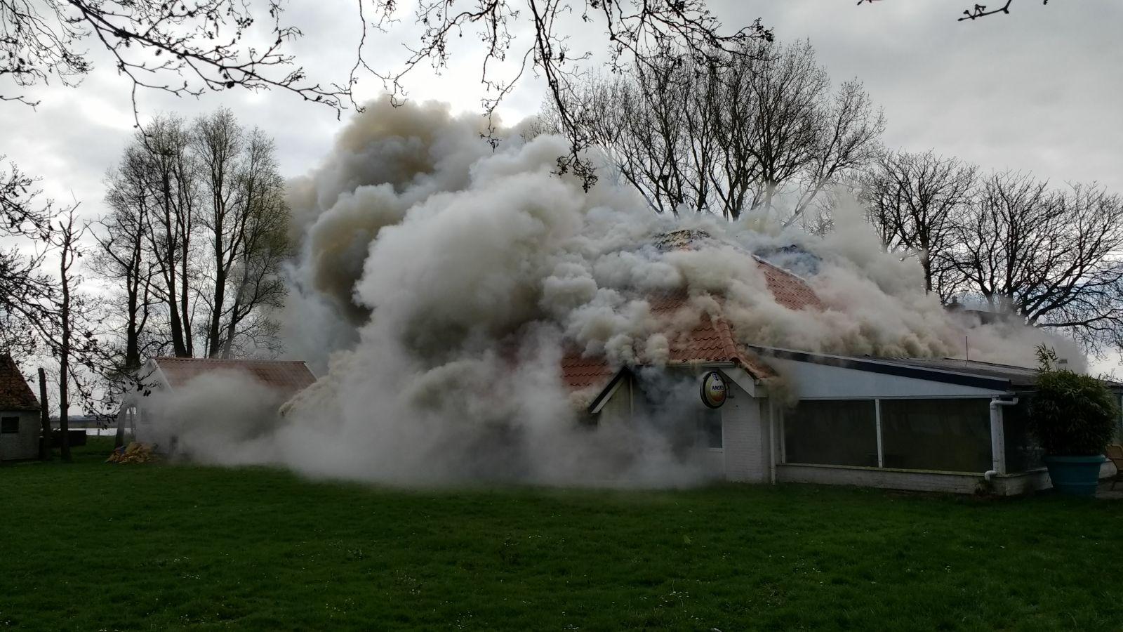 Grote brand restaurant Het Trije Hûs op eilandje moeilijk te bereiken Grou