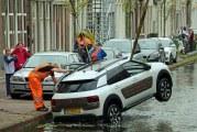 Vader en kinderen uit te water geraakte auto gered Turfmarkt Gouda