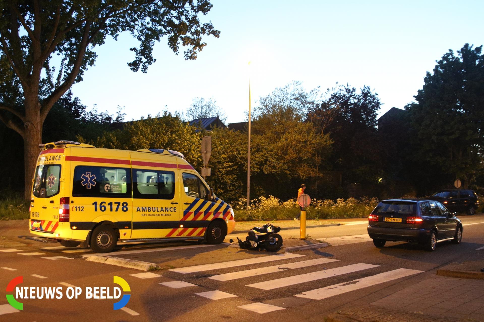 Scooterrijder geschept door personenauto Voorhoflaan Leiderdorp