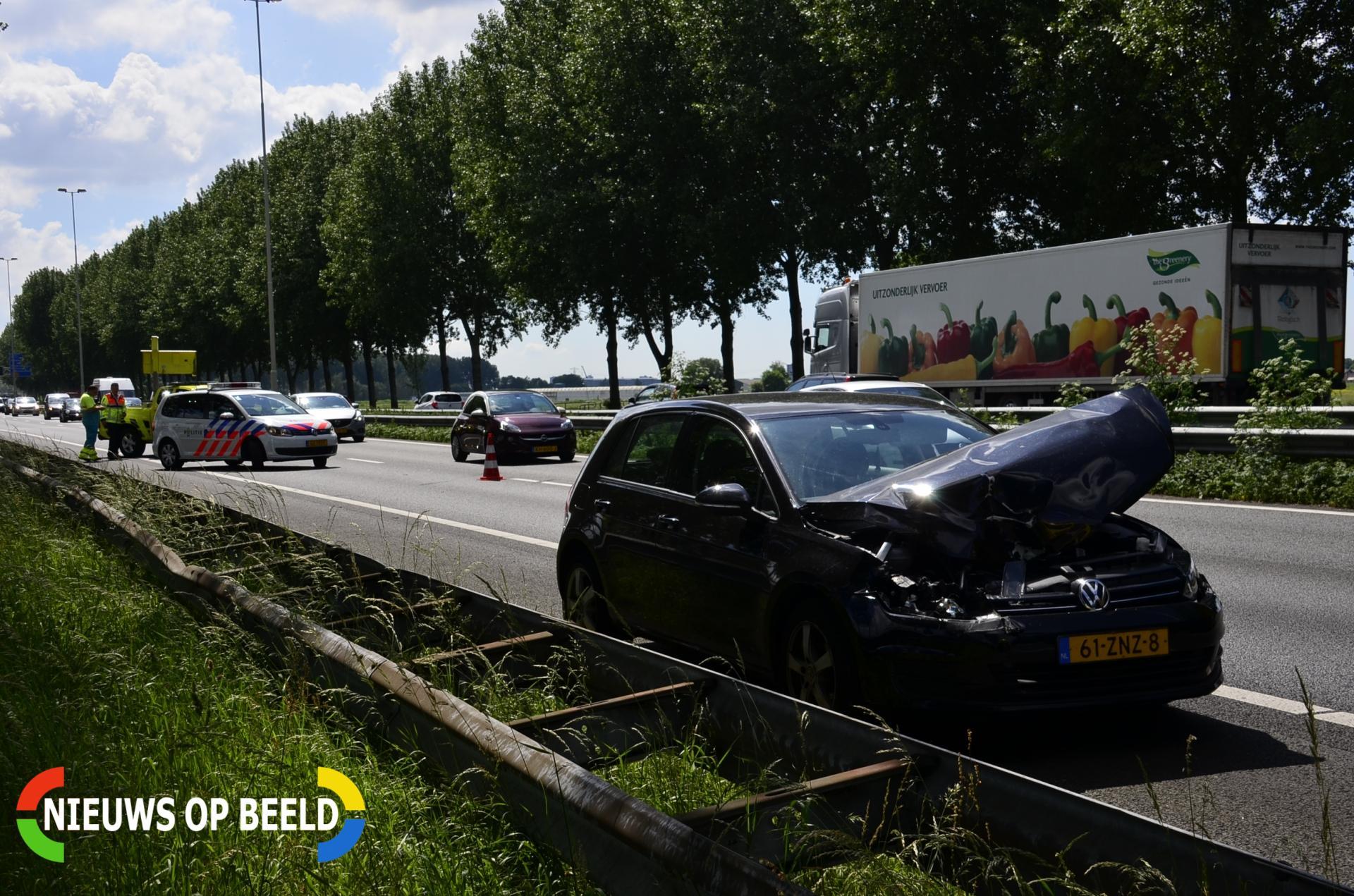 Flinke schade na uitwijkmanoeuvre in file Rijksweg A20 Moordrecht