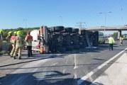 Vrachtwagen met mest kantelt op A29 Hellegatsplein