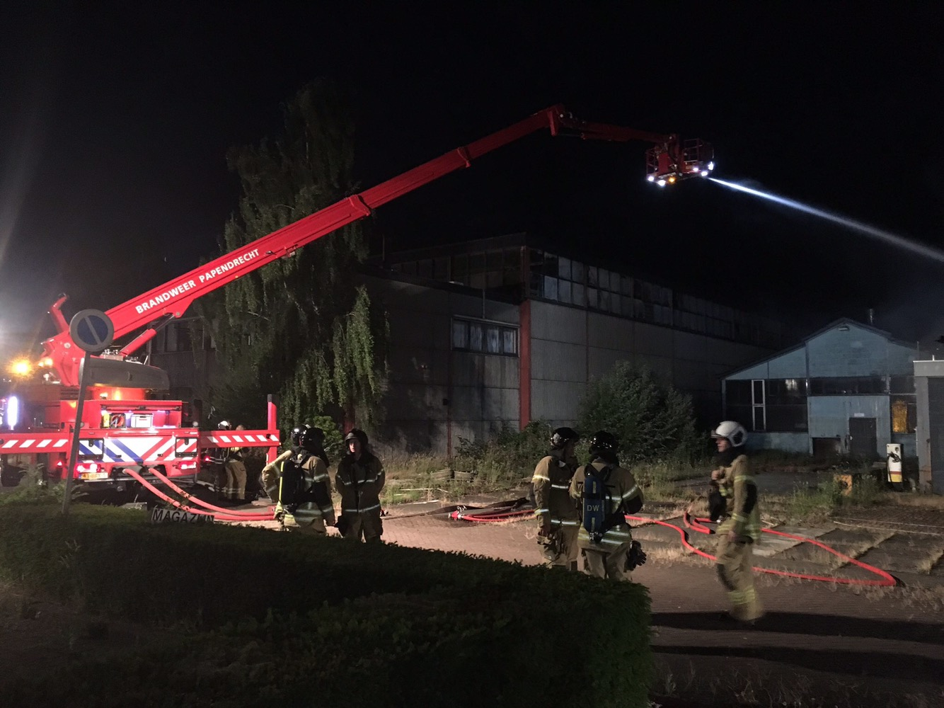Uitslaande brand in loods Stationsweg Arkel