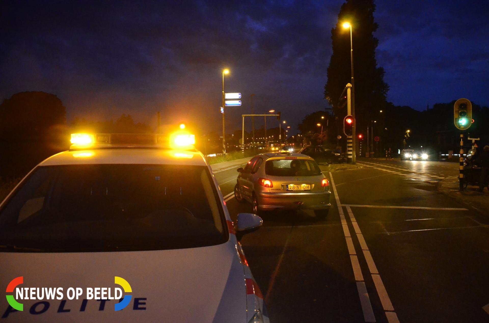 Auto total loss na botsing tegen verkeerslicht Goejanverwelledijk Gouda
