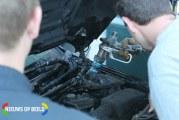 Geparkeerde auto vat vlam onder motorkap Delftselaan Den Haag