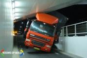 Vrachtwagen komt klem te zitten onder een spoorviaduct Bredeweg Zevenhuizen