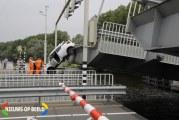 Auto klem tussen opengaande brug en slagboom Brugweg Schiphol