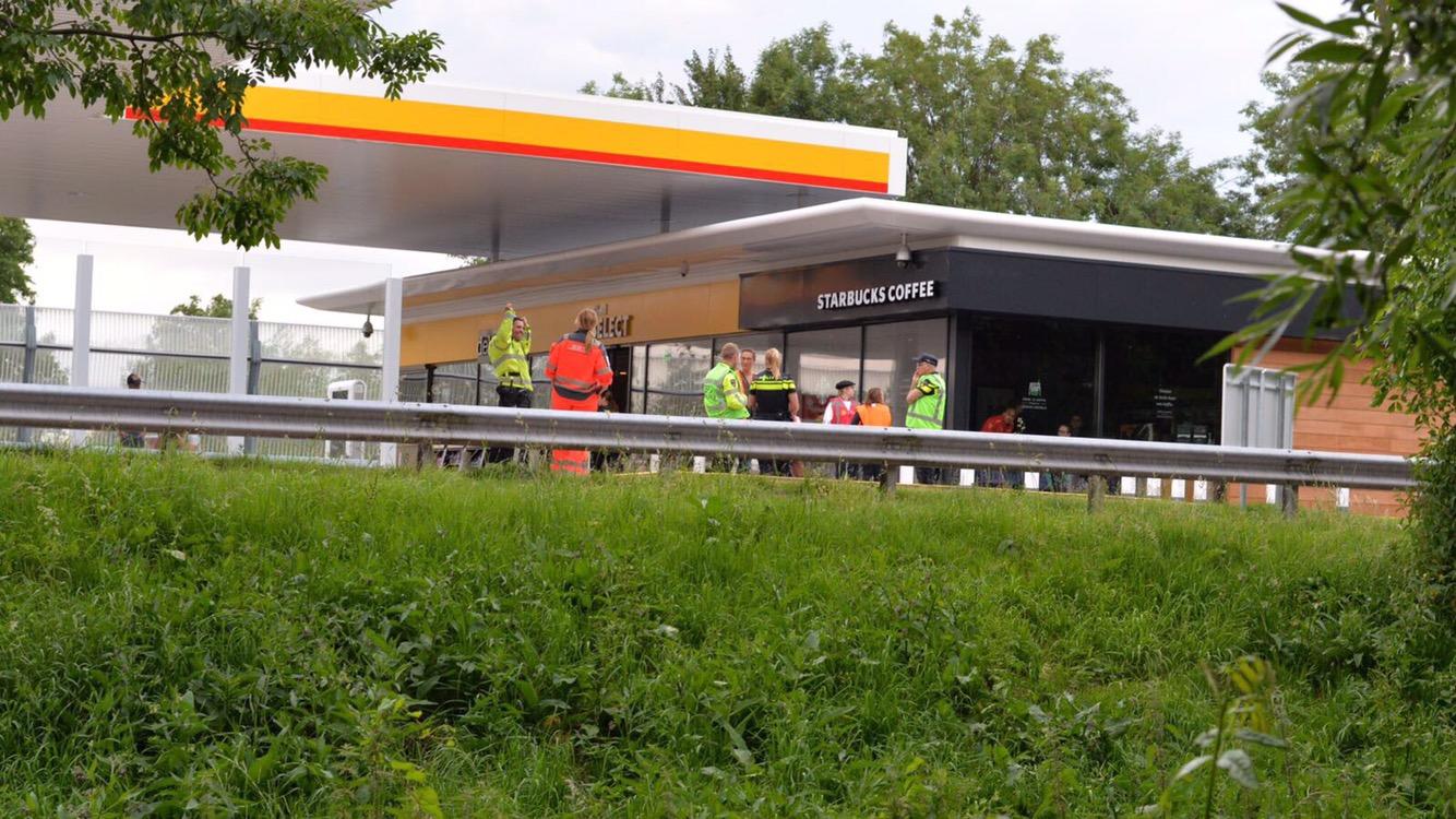 Twee gewonden na ravage door ongeval bij tankstation de Andel in Reeuwijk